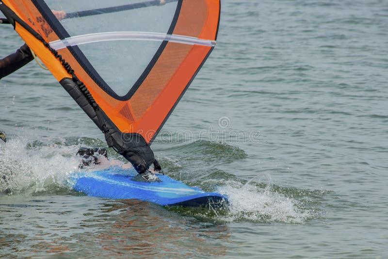 Windsurfingsdetails Een windsurfer berijdt op het overzees stock afbeelding