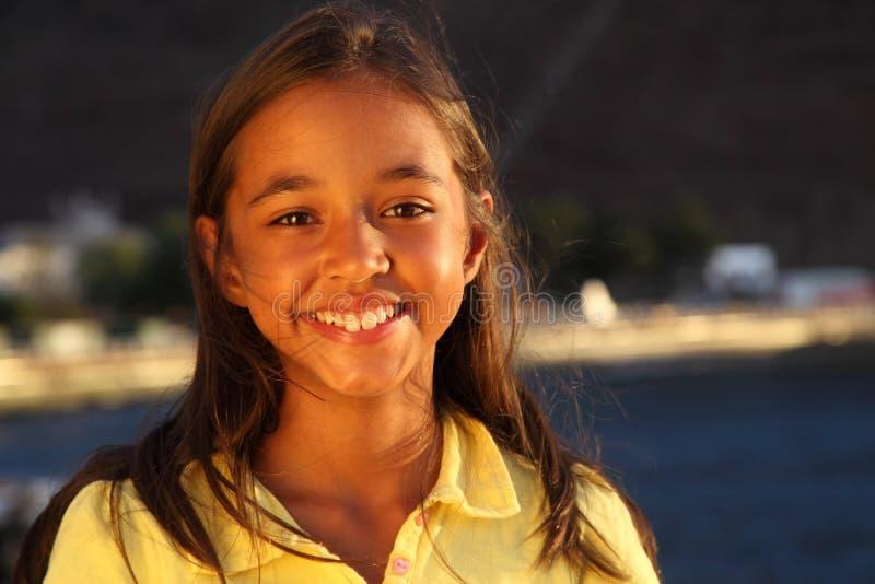 windswept barn för gulligt leende för aftonflickalampa arkivbild