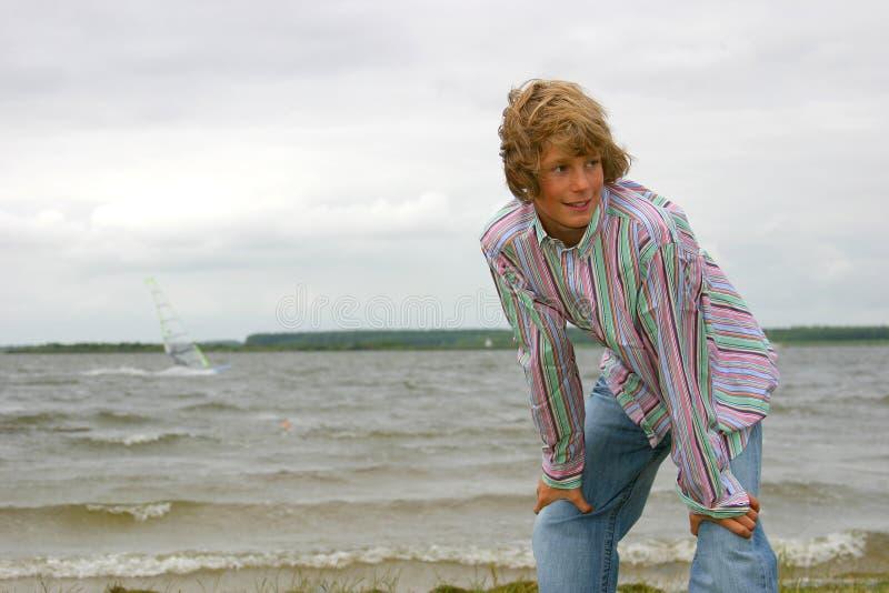 Windswept junger Junge lizenzfreie stockfotos