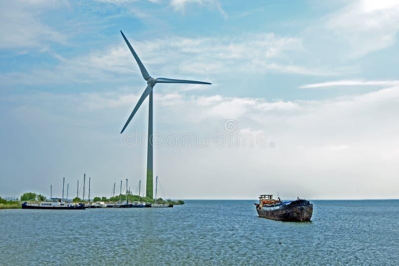 Windturbine на IJsselmeer в Нидерланд стоковое фото