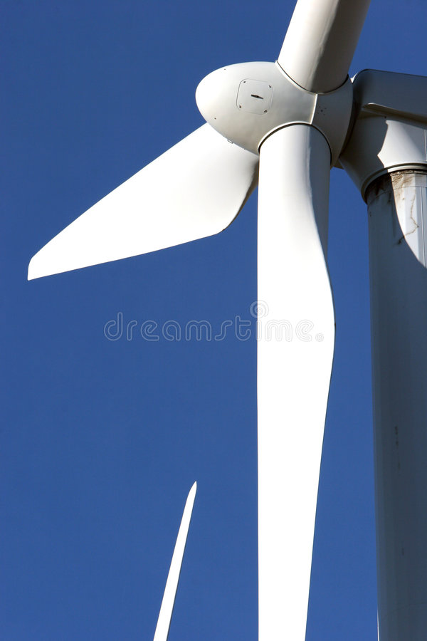 Windturbine auf blauem Himmel - alternative Energie stockbild
