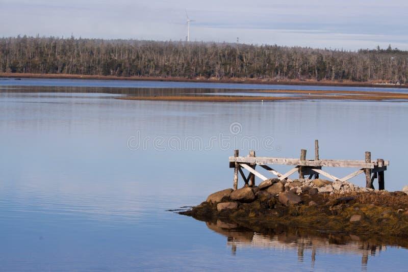 Windturbine dichtbij een meer, de provincie van Halifax stock afbeelding