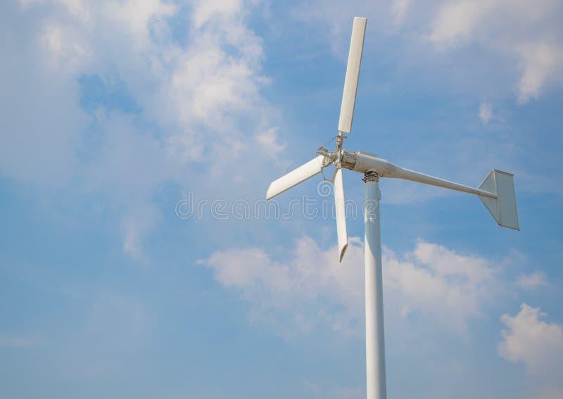 Windturbine die alternatieve energie op bewolkte hemelachtergrond veroorzaken stock afbeeldingen