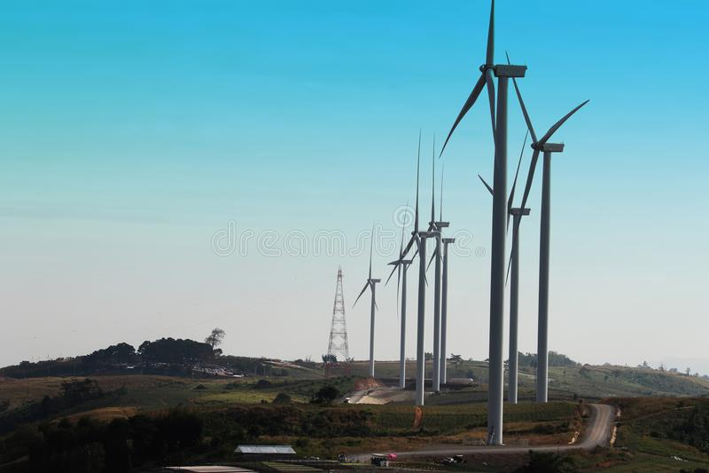 Windturbine die alternatieve energie veroorzaken royalty-vrije stock afbeelding