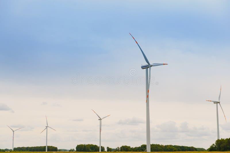 Windturbine Eco-opwekking van hernieuwbare energie uit windenergie Windmolen bespaart de natuurlijke ingrediënten van de aarde Gr royalty-vrije stock foto's