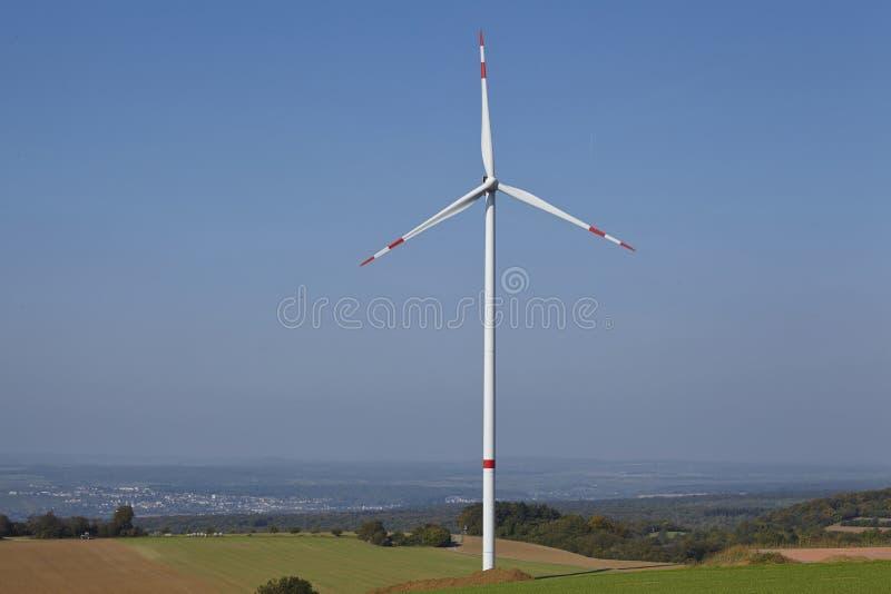 Windturbine in een open landschap stock afbeeldingen