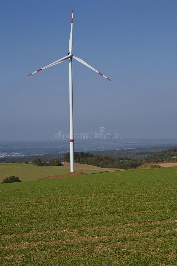 Windturbine in een open landschap royalty-vrije stock foto's