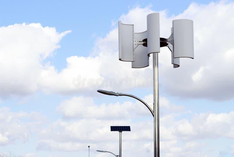 Windturbine en lamp tegen de hemel, alternatieve energie royalty-vrije stock afbeelding