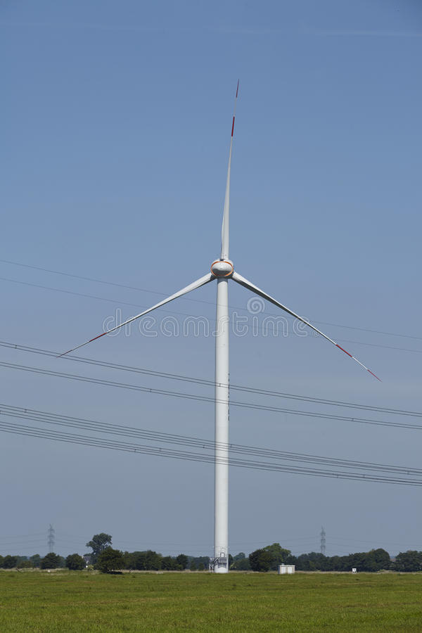 Windturbine en Machtslijnen royalty-vrije stock foto's