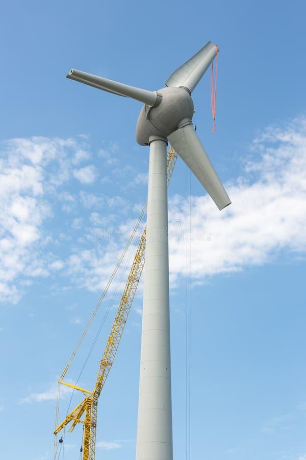 Windturbine holandês de montagem das asas com grande guindaste fotos de stock