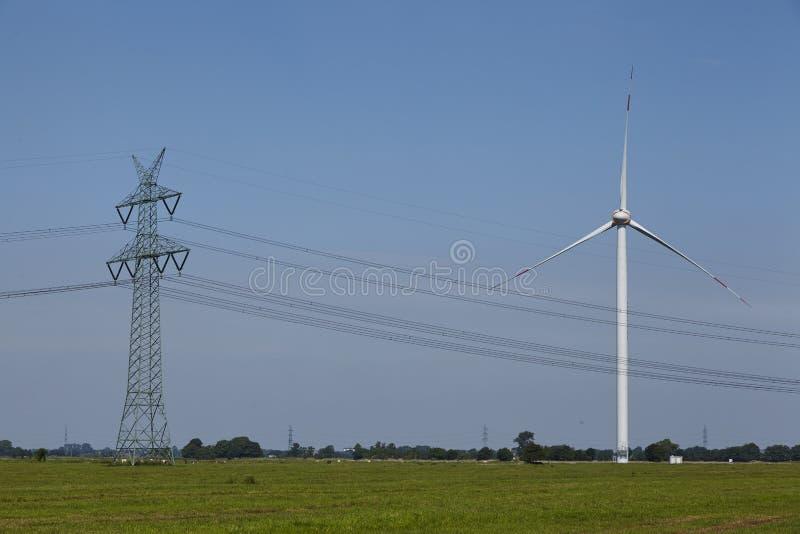Windturbine, machtspool en machtslijnen royalty-vrije stock afbeeldingen