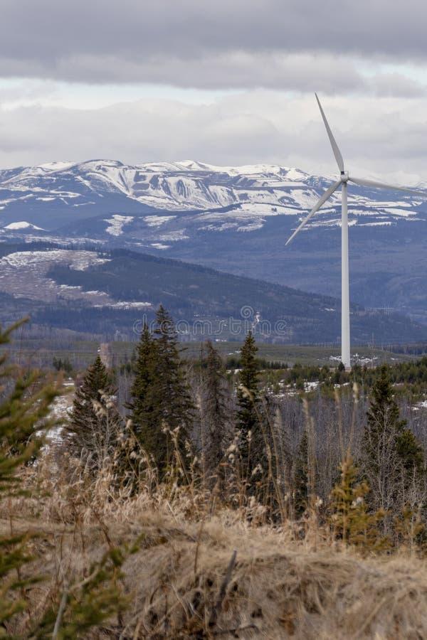windturbine met bergmening stock foto's