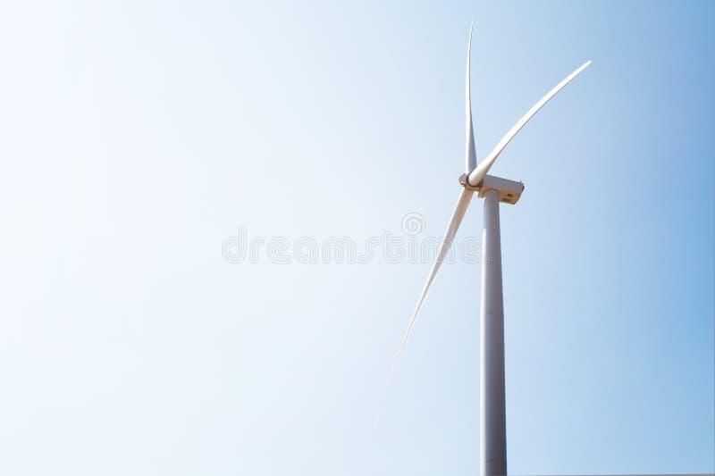 Windturbine met blauwe hemel royalty-vrije stock foto's