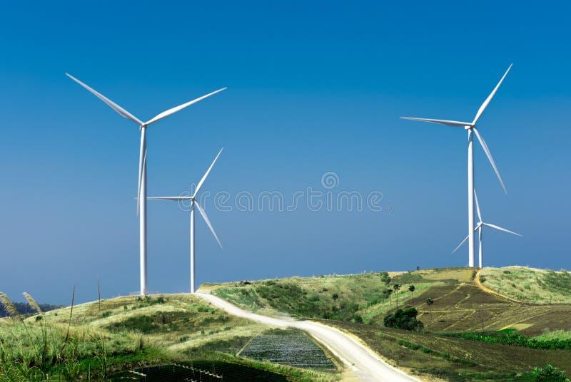 Windturbine met blauwe hemel royalty-vrije stock afbeelding