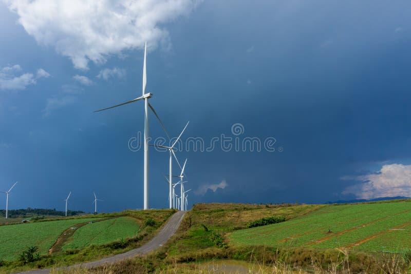 Windturbine met blauwe hemelachtergrond en wolk stock afbeelding
