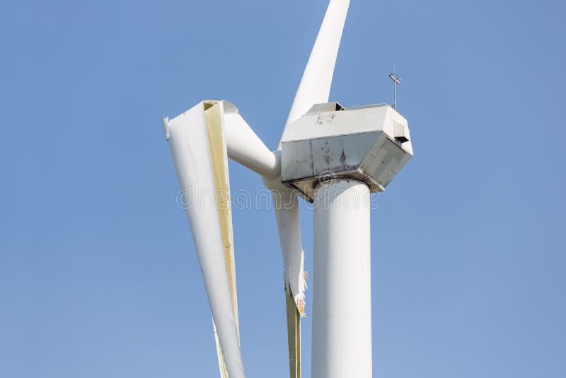 Windturbine met gebroken vleugels na een zwaar onweer in Nederland royalty-vrije stock fotografie