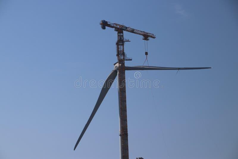 Windturbine no close-up com o céu azul como o fundo nos Países Baixos imagem de stock royalty free