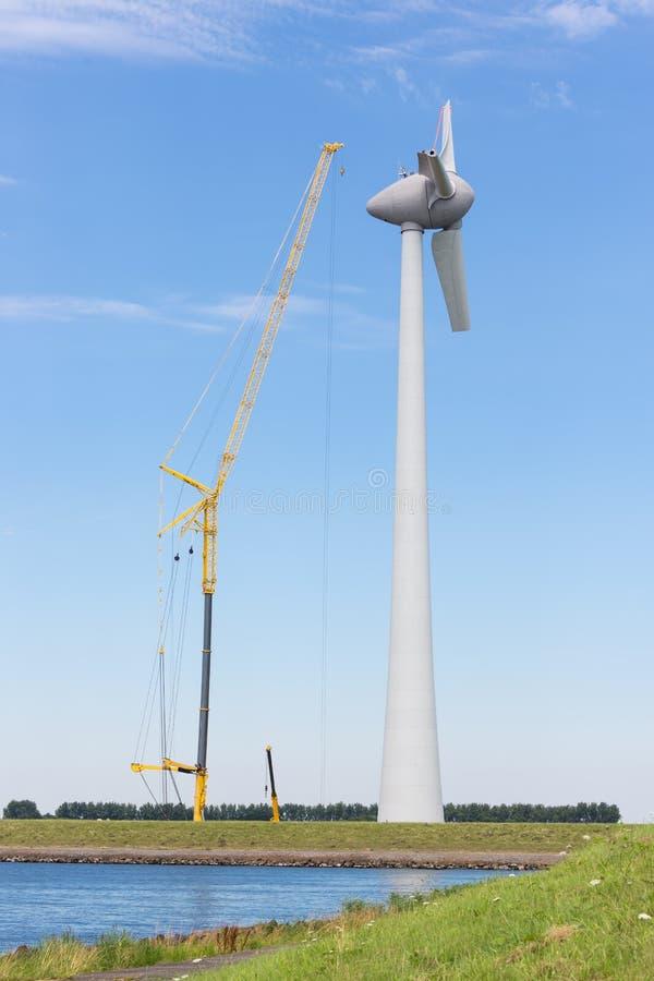 Windturbine olandese del cantiere con la grande gru fotografie stock libere da diritti
