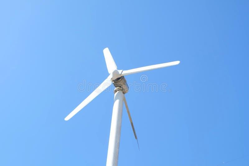 Windturbine op blauwe hemelachtergrond Windmolen voor elektriciteit het produceren royalty-vrije stock foto's