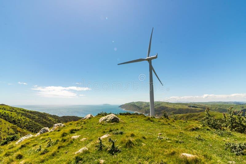 Windturbine op Cliff With Blue Sky stock fotografie