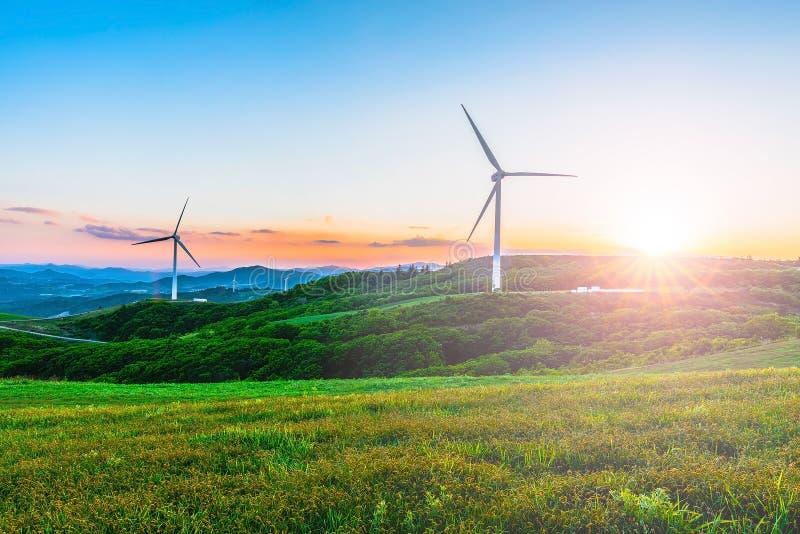 Windturbine op de heuvel in de ochtendmist royalty-vrije stock foto's