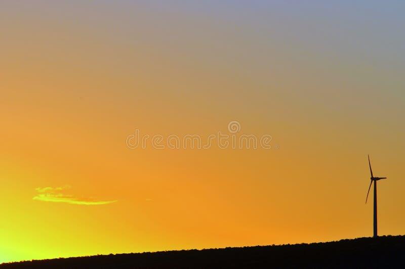 Windturbine am Sonnenuntergang lizenzfreies stockbild