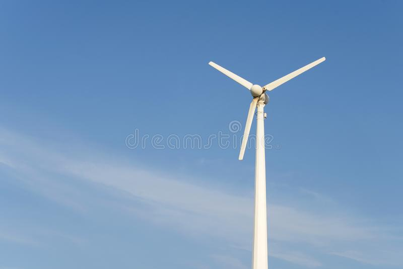 Windturbine voor blauwe bewolkte hemel Energiebehoud, die elektriciteit produceren, royalty-vrije stock afbeelding