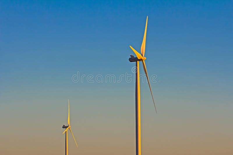 Windturbine in vroeg ochtendlicht royalty-vrije stock foto's