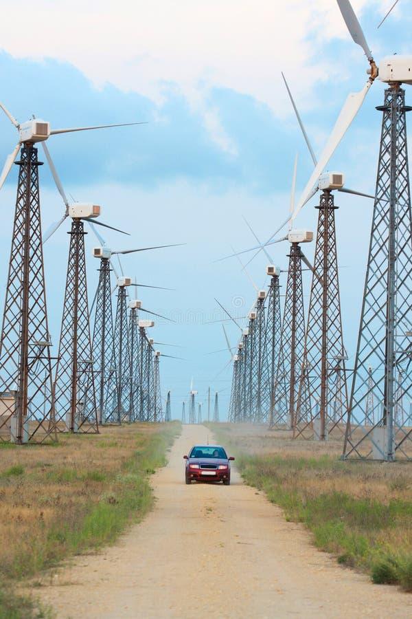 Windturbinebauernhof und -auto stockfotos