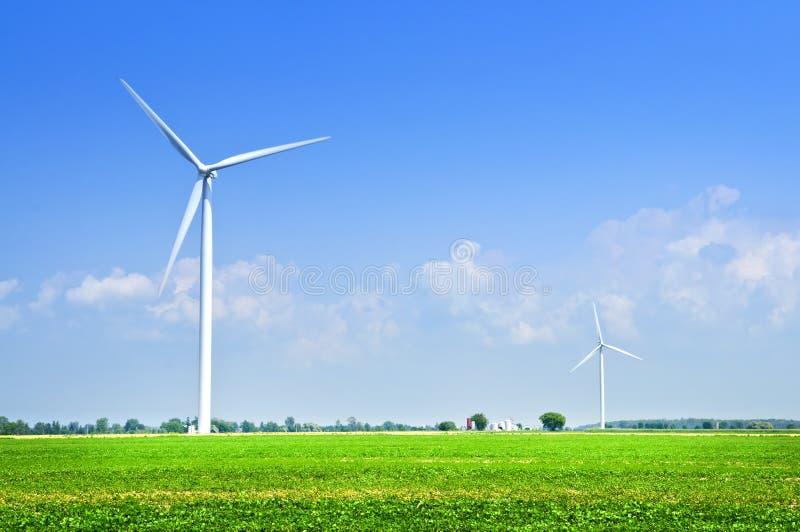 Windturbinen auf dem Gebiet lizenzfreie stockfotos