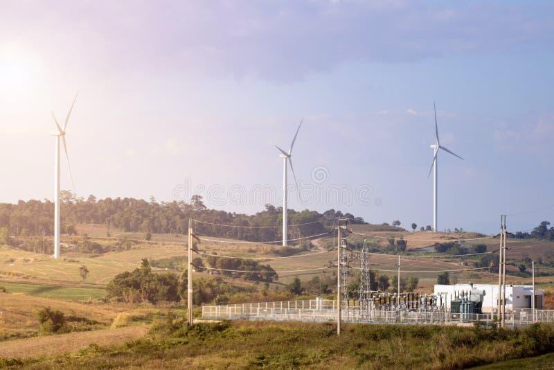 Windturbinen bewirtschaften auf Berghütterlandschaften vor blauem Himmel mit Wolken-Hintergrund, Windmühlen für das Konzept der E lizenzfreie stockbilder