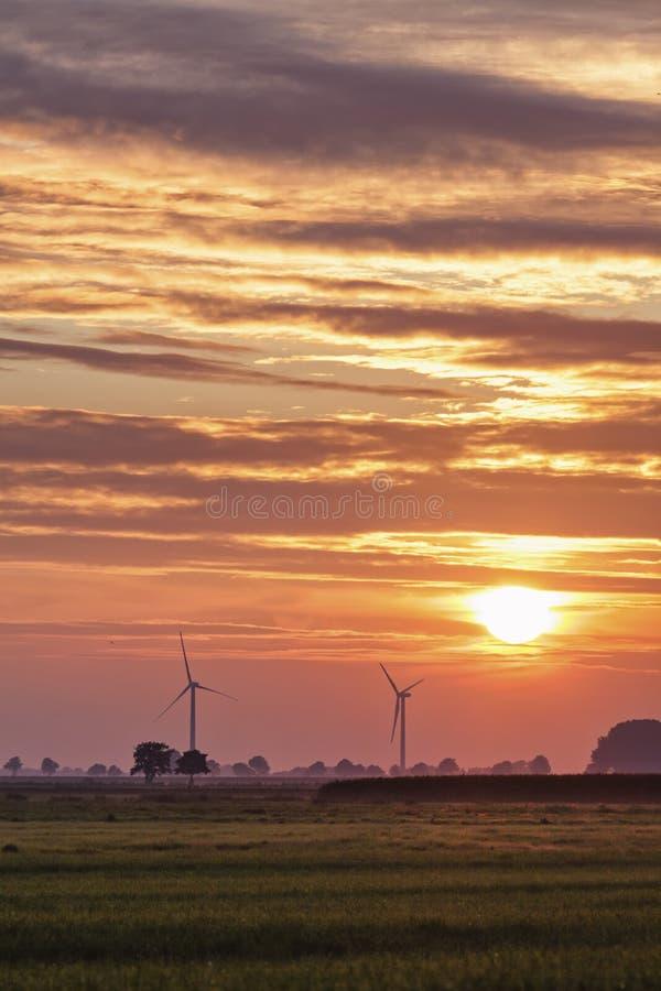 Windturbiner på solnedgången fotografering för bildbyråer