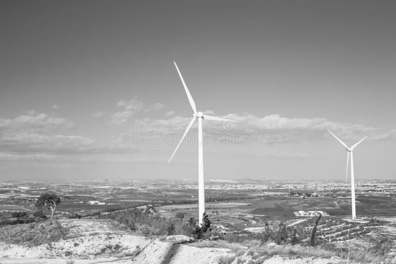 Windturbines die elektriciteit produceren - het concept van het energiebehoud stock foto