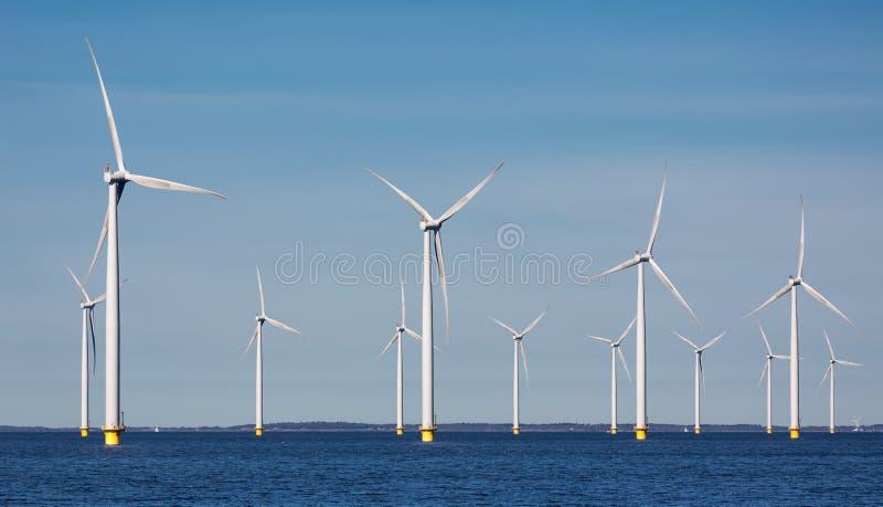 Windturbines en mer de ferme près de côte néerlandaise photos libres de droits