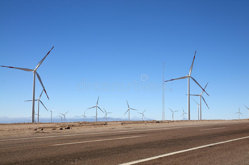 Windturbines naast de weg, Calama, Chili royalty-vrije stock foto's