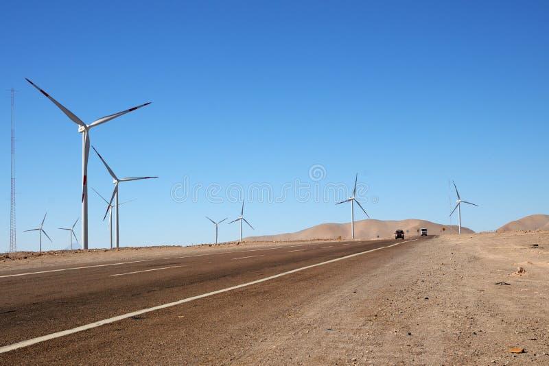 Windturbines naast de weg, Calama, Chili royalty-vrije stock foto