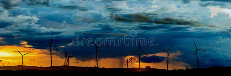 Windturbines op zonnige ochtend royalty-vrije stock foto's