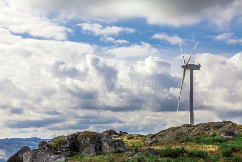 Windturbogenerator op bovenkant een heuvel stock afbeeldingen