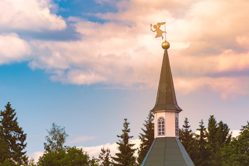 Windvane sopra la torre di chiesa in Russia fotografie stock