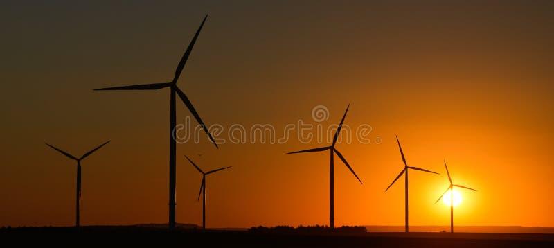 Windwheels et un beau coucher du soleil vu dans des Frances rurales images stock
