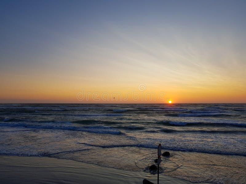 Windy Sunset på stranden løkken in Danmark Färgrikt och lynnigt ljus från solen guld- timme arkivfoton