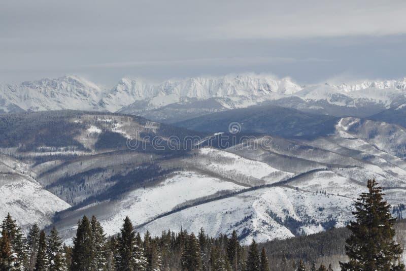 Windy Winter Day in Gore Range, Beaver Creek Ski Area, Avon, Colorado stock foto