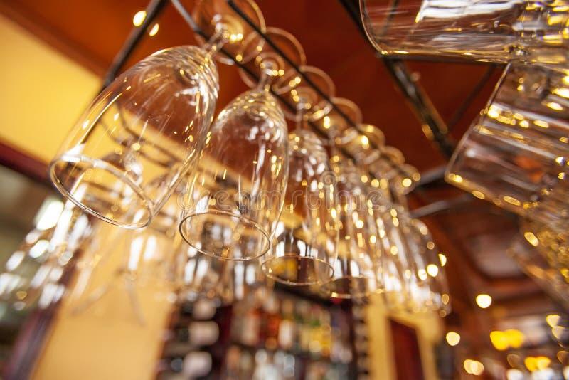Wine's exponeringsglas är perfekt rent hänga på stångräknaren royaltyfria foton