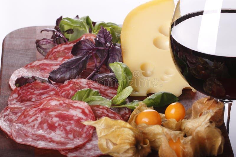 Wine в предпосылку стекла и еды стоковая фотография