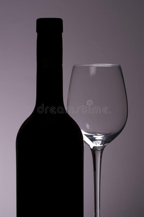 Wine buteljerar och exponeringsglas royaltyfri foto