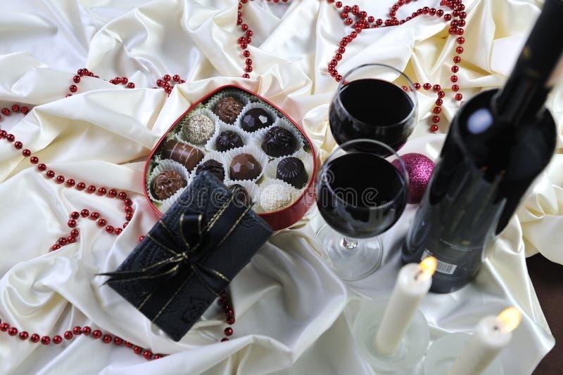 Wine-, choklad- och pralinegarnering royaltyfria foton