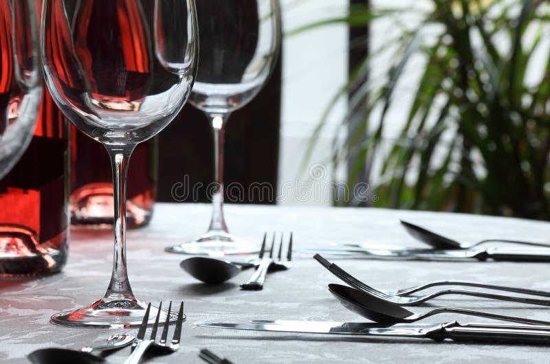 wine för bestickexponeringsglasrestaurang arkivfoto