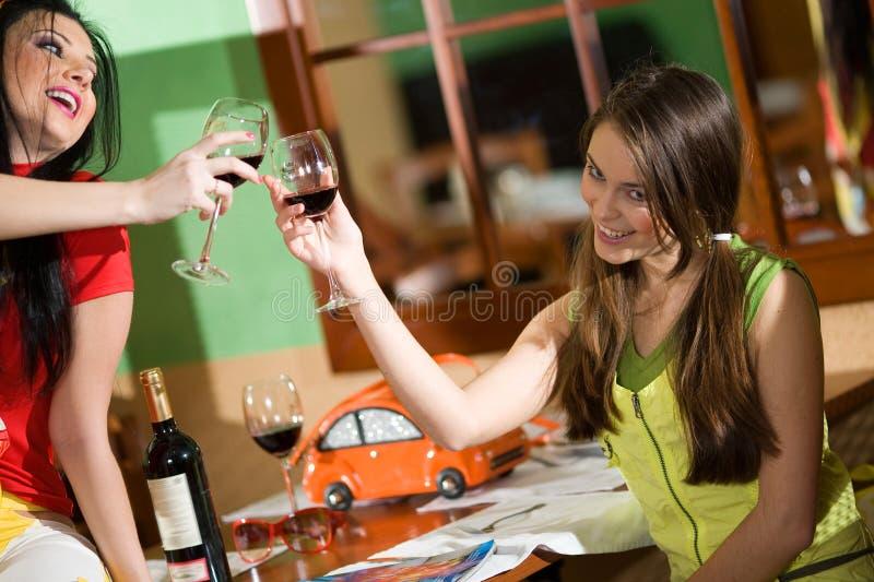 wine för drinkflickor två royaltyfria bilder