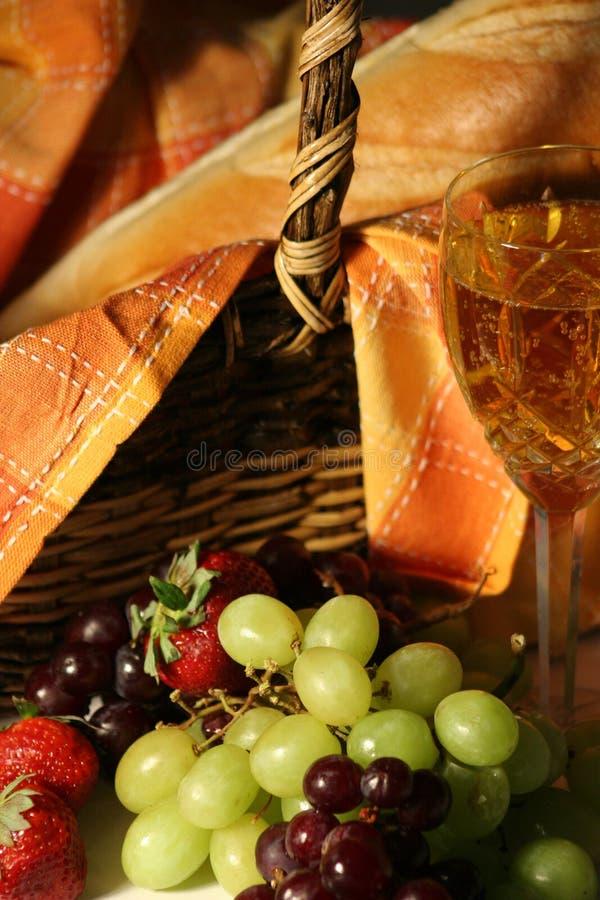 wine för picknick för korgbrödfrukt royaltyfri bild