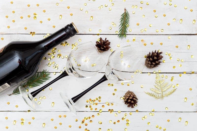 Wine mit zwei Gläsern auf einem Holztisch und einer Weihnachtsdekoration stockfotografie